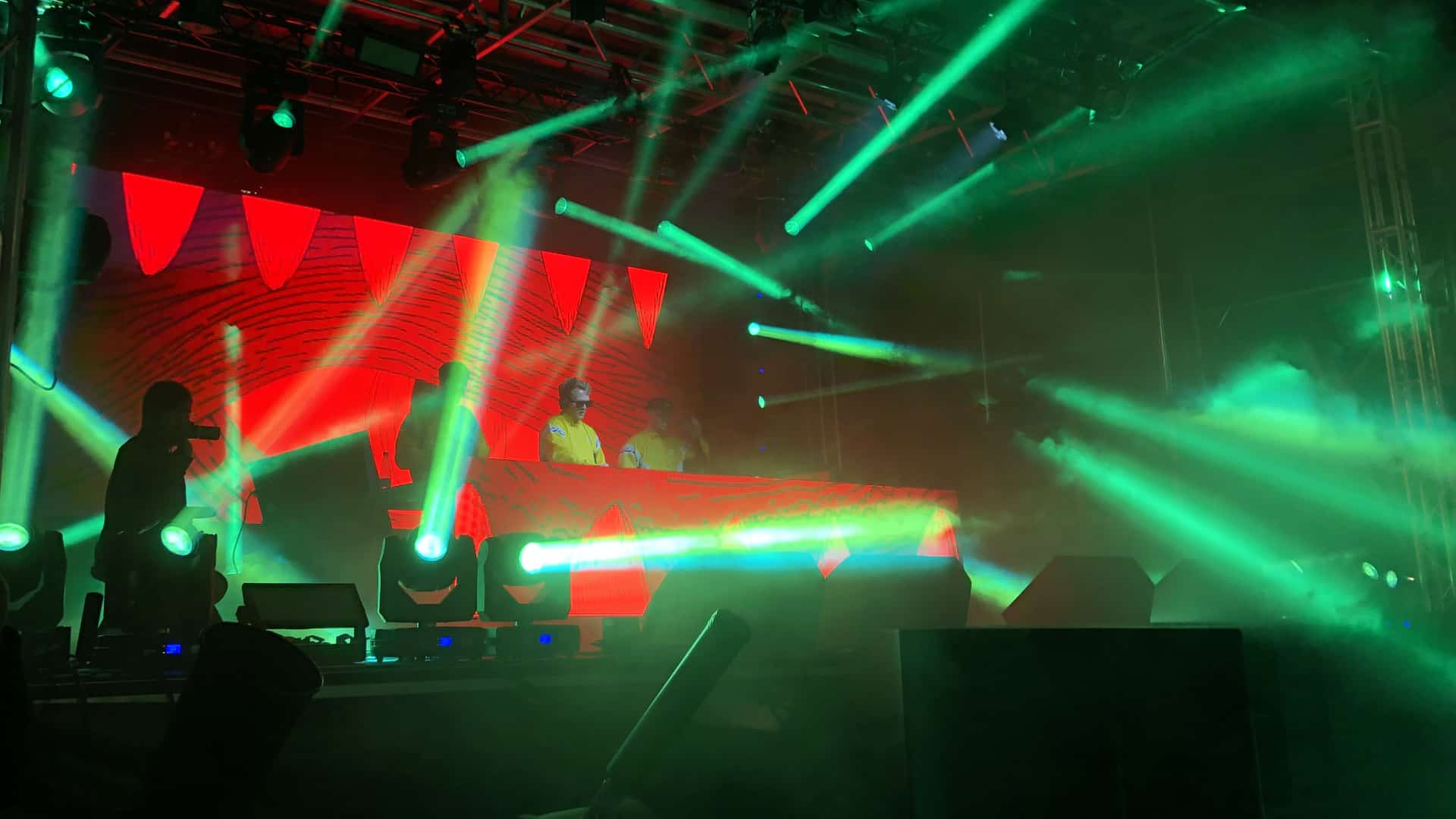 DJ's på scenen til Generator 2019 grønt lys