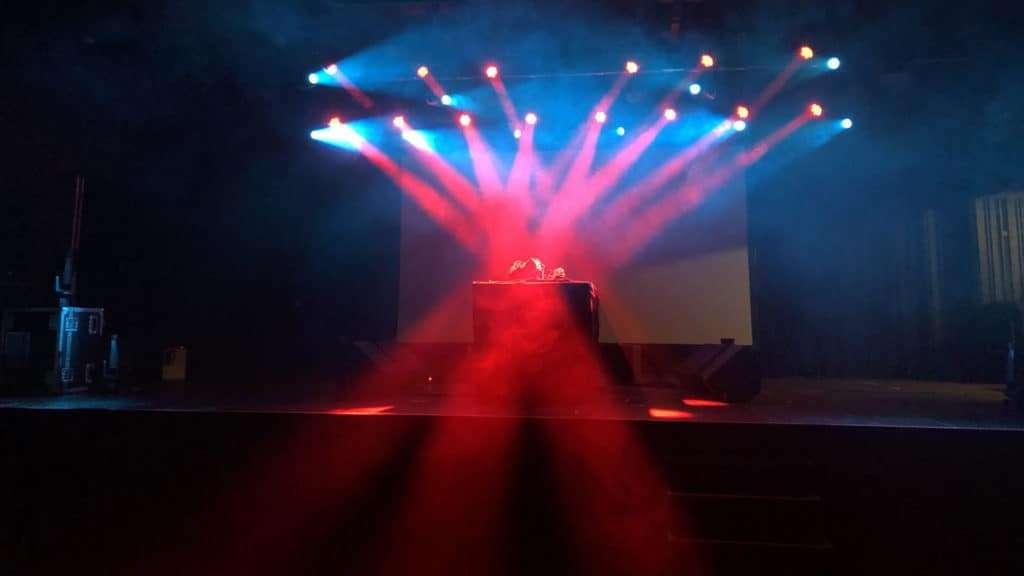 Rødt scenelys og dj-pult