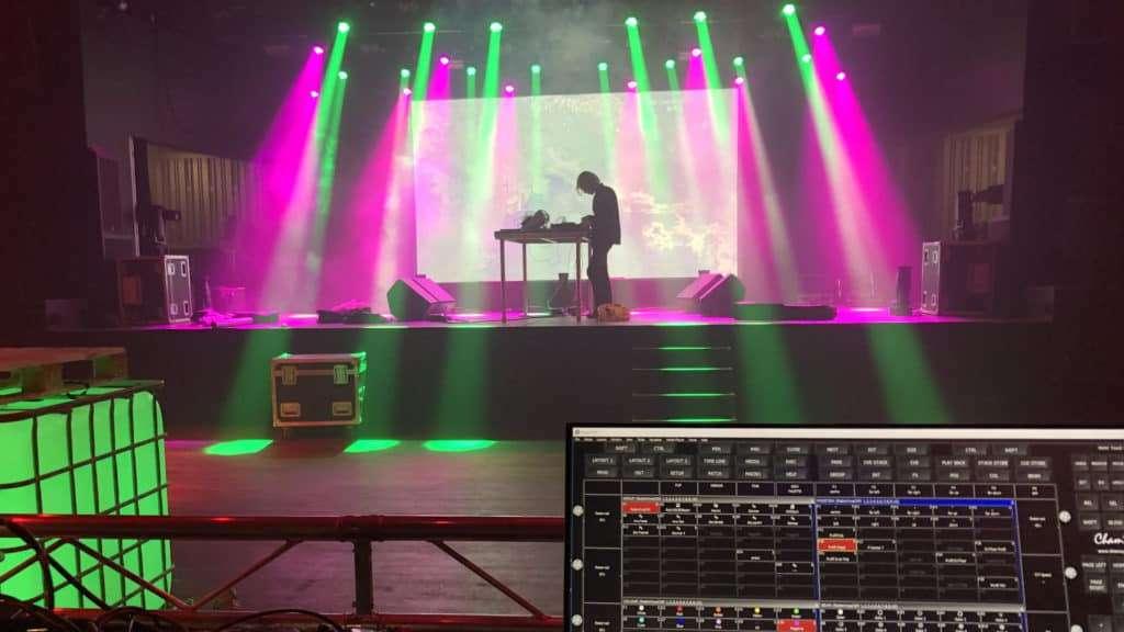 Lysudstyr og lysmand på scene